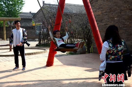 """山西洪洞的大槐树是很多海内外华人寻根祭祖的圣地,是亿万移民后裔心中""""家""""和""""根""""的象征。这里每一天都宾客如云,迎接着来自四方的华裔,诉说着它们的中国梦、思乡情。 王昊 摄"""