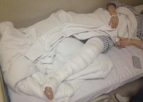 受伤男子躺在病院病床上。