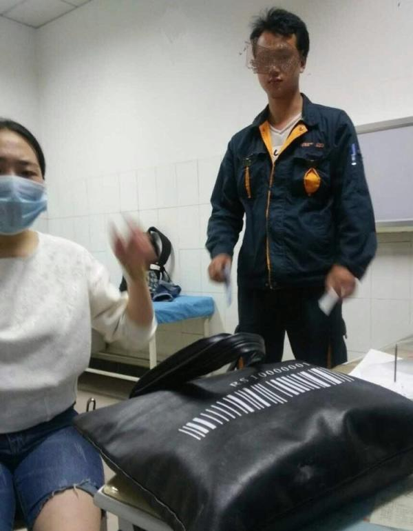 快递员女子将骨折的石密斯扶到病院后逃脱。