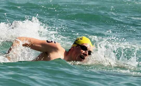 铁人三项动态     公开水域采用自由泳游进的新手,应该在每隔几