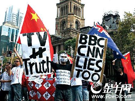 """2008年4月13日,澳洲数千中国人举行和平游行,表达对北京奥运圣火在当地传递的支持,并反对西方媒体就着西藏问题作出不公正的报道,有示威者举起""""BBC和CNN也说谎""""的标语。"""