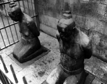 岳飞墓前的秦桧夫妇跪像