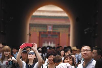 昨天,天下各地旅客来到北京玩耍,故宫博物院游人如织,摩肩接踵。图/IC