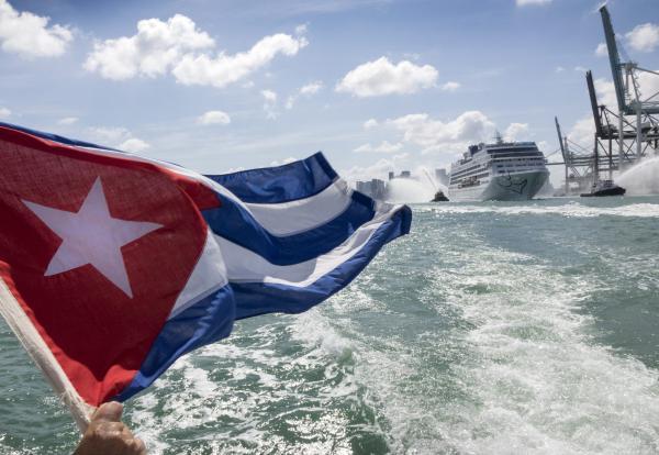 半世纪来美国邮轮载游客首航古巴 遭小规模抗议