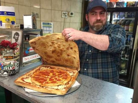 """中新网5月2日电 据外媒报导,美国纽约布鲁克林一间披萨店""""文尼披萨店""""(Vinnie"""