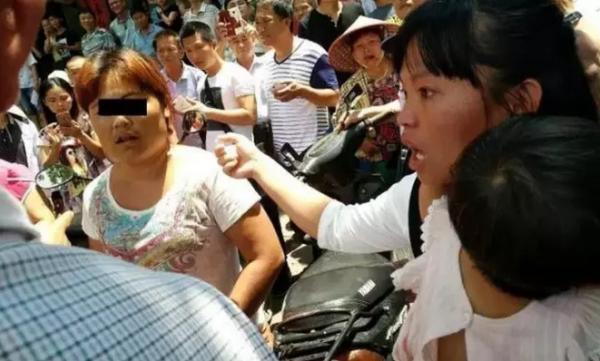 @南海网 消息,5月2日下午,据万宁当地的自媒体爆料,中午11点半左右,在海南万宁市万城镇光明北路发生一起疑似抢小孩事件,一位年约四十岁的妇女企图把一小女孩带走时,被女孩的母亲发现,群众已将该女子围住并报警。目前,辖区派出所已介入调查。