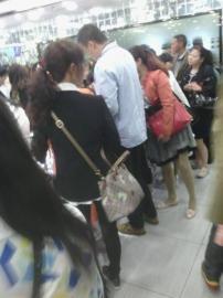 游客称,圈中男子强制要求购物。