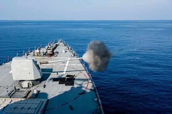 原文配图:Mark 45型127mm舰炮射击。