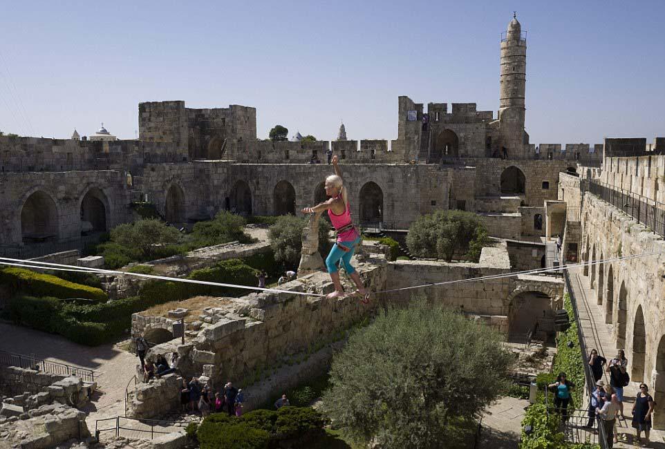 美国女冒险家海瑟・拉尔森克日在耶路撒冷旧城中扮演高空走绳。(网页截图)
