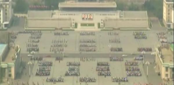 在平壤的广场上,数千名舞者正为行将举行的朝鲜劳作党第七次代表大会停止扮演排演。