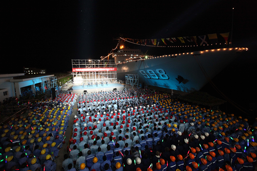 宋祖英率海政文工团搭乘昆仑山舰赴永暑礁等南海岛礁慰问演出