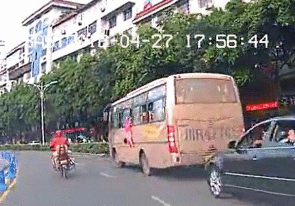 母亲玩手机 4岁女孩从客车车窗摔了出去 图高清图片