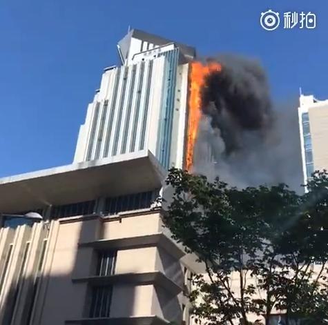 南京新街口隆盛大厦失火 起火源是6楼的中央空调主机火势迅猛