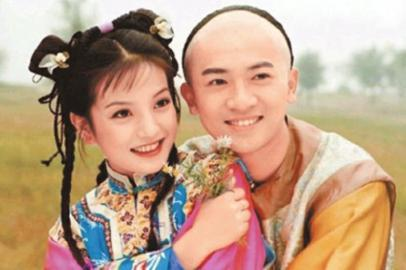 """十几年前,琼瑶一部神剧《还珠格格》将赵薇,苏有朋推上""""国民情侣""""的神图片"""