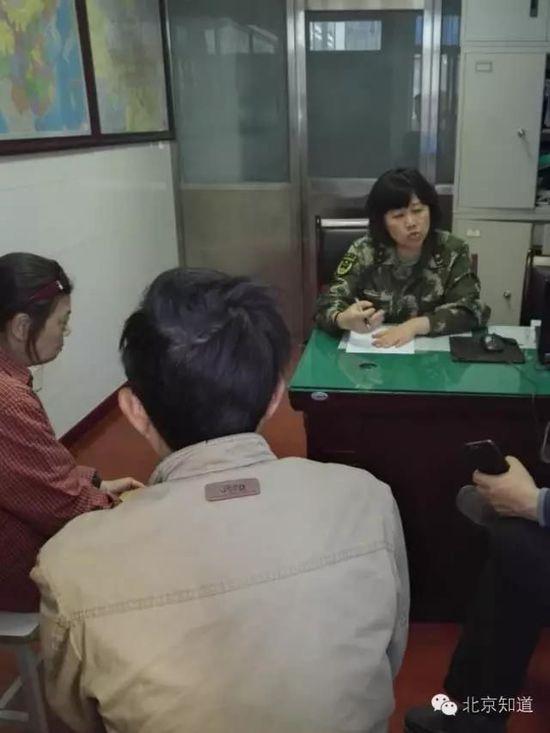 今天下午,医院工作人员与患者家属谈话。家属供图