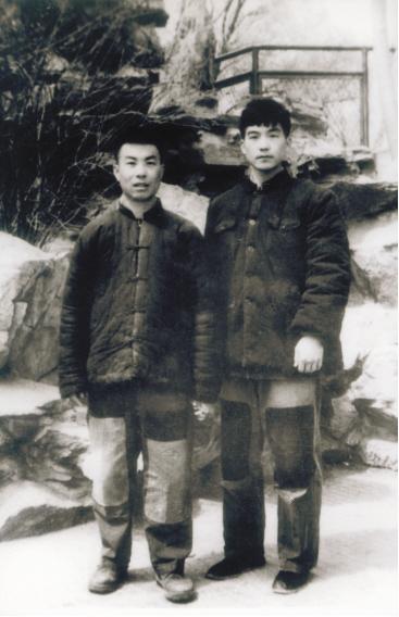 温家宝(右)在北京地质学院读研究生时和同学的合影。他身上的棉袄是爷爷留给他的,他也是穿着它到甘肃的。