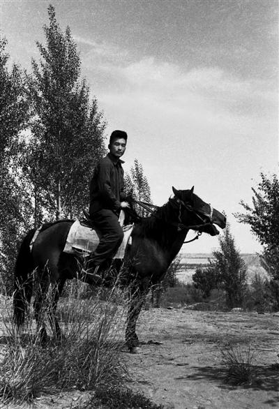 1974年7月,温家宝在甘肃肃南县红山林场编写《1∶20万祁连山幅区域地质调查报告》时留影。
