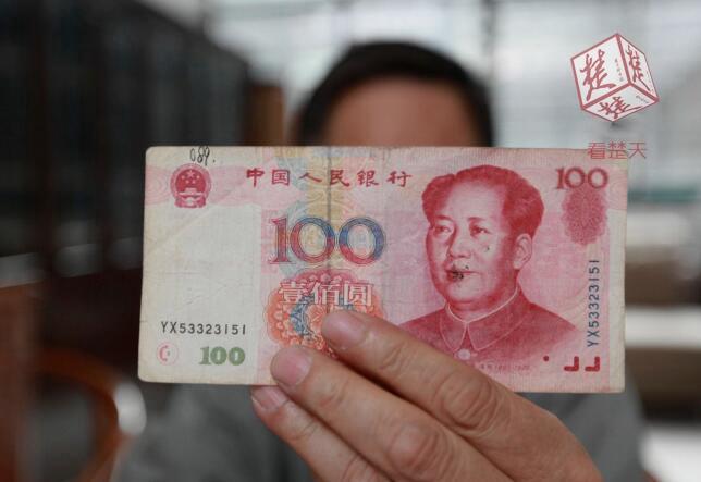 楚天都市报讯百元纸币上水印竟是300。十堰收藏者罗先生手中的一张1999版百元纸币,经鉴定是错币,估价高达百万元。