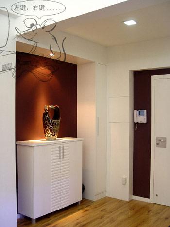 客厅玄关装修效果图:一进门的玄关设计,色彩简洁,柜子还可以放鞋