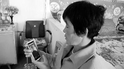张朝花每天都在手机上看儿子的照片