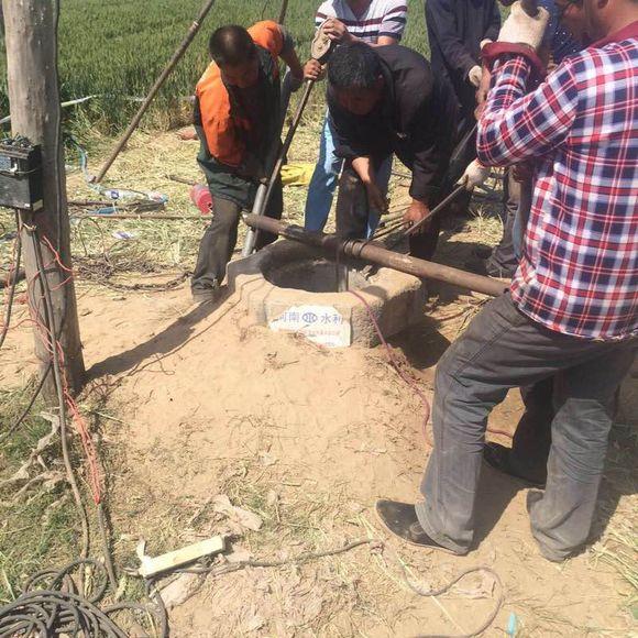 杞县本地网友表示,女子的遗体仍留在井内,相关工作人员正在打捞。