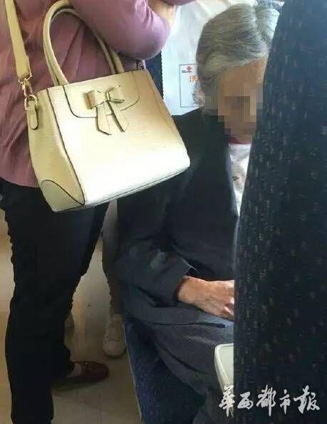 从图片可以看出来,老人年纪已经很大了。