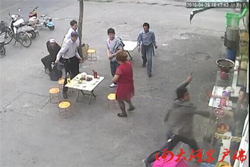一家商户的监控里,录下了行凶者的行凶进程。