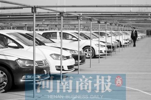 郑州一家4S店的停车场,大量新车还没卖出去