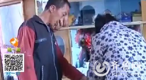 如今杨绍蕾的脑门上垂下一个很大的赘瘤,左侧的脸也下垂得凶猛,鼻子和嘴巴曾经根本看不到了。(视频截图)