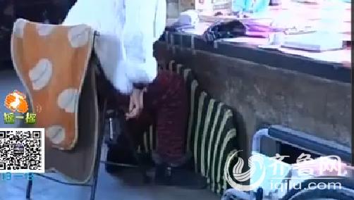 王淑芹的女儿结业后,病情一直加剧,逐渐地双腿也不克不及站立,谈话也吐字不清了。(视频截图)