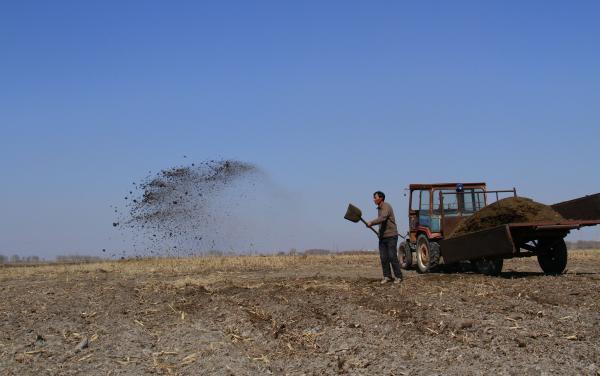 黑龙江农夫在勤劳的耕作本人的黑地盘。 东方IC 材料