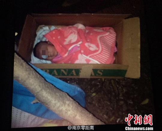 4日晚,距离南京儿童福利院50米外的街头,发明一名被抛弃的女婴。
