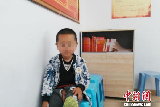 疑被遗弃的男孩。(建湖县救助管理站供图)
