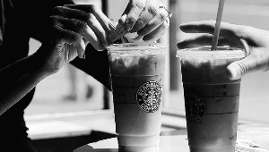 """一位美国大妈克日一纸诉状把全世界最大咖啡连锁店经营商星巴克告上法庭,索赔500万美圆。本地媒体2日报导,这名大妈以为星巴克冰咖啡、茶等饮品偷工减料、价钱还贵,几乎""""坑爹""""。"""