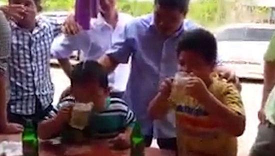 一群成年人让幼童参加喝啤酒竞赛,并且可能押了注。网页截图