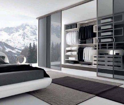 卧室衣柜装修效果图方案分析:玻璃门制造通透的感觉,暗色玻璃可以