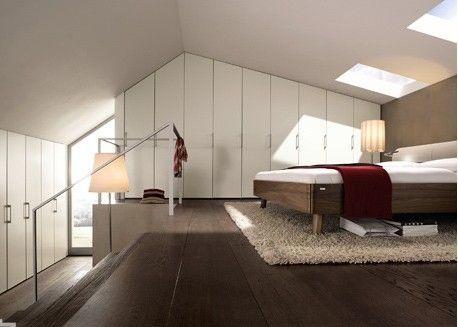 卧室衣柜装修效果图方案分析:根据房间高度来定制衣柜,即使是斜屋