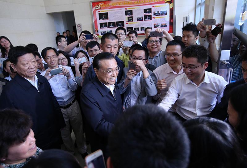 5月6日,中共中央政治局常委、国务院总理李克强到人力资源社会保障部考察并主持召开就业工作座谈会。