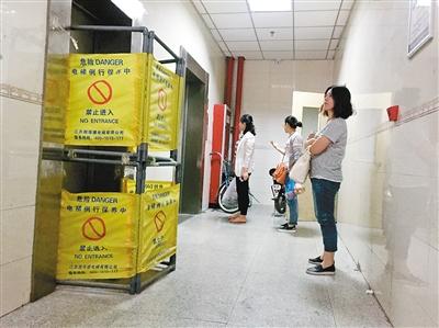 妨碍电梯进口曾经被围挡起来 记者 龚伟芳 摄