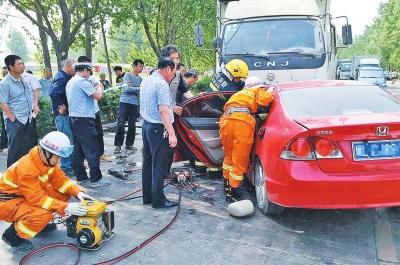 事发觉场,营救职员正在施救。