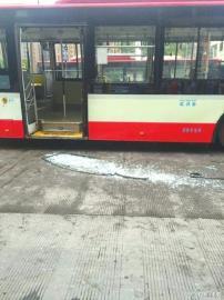 公交车门的玻璃碎了一地。(图据四川新闻网)