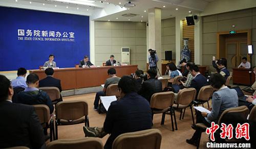 5月6日,中国国务院新闻办公室举行国务院政策例行吹风会,住房城乡建设部副部长陆克华在会上介绍加快培育和发展住房租赁市场的有关情况,并回答记者提问。中新社记者 杨可佳 摄