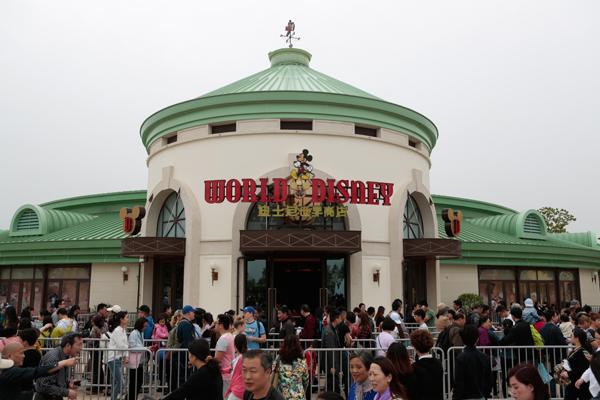2016年5月7日,迪士尼世界商店挤满游客。