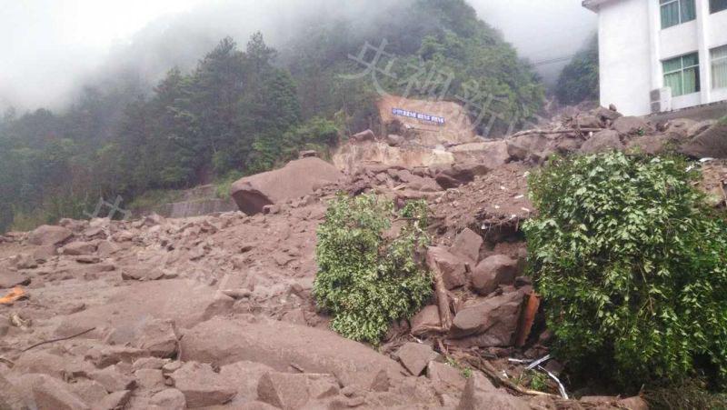 5月8日上午10点30分更新:据泰宁县公民政府的音讯,7日至8日,泰宁县普降暴雨到大暴雨,部分地域24小时降雨量达191.6毫米。8日清晨5点摆布,突发10万方以上大型天然灾害泥石流。泥石流冲垮了池潭水电厂扩建工程开工单元(开工单元中水十六局、中水十二局)生计营地,一起冲垮了池潭水电厂厂区工作大楼。因时价清晨,大多数工友都在酣睡,开端计算有35人失联,详细情况正在进一步核实中。各路营救力气正现场停止搜救事情,声援力气也在途中。(央视记者 林舟 编纂 林楠)