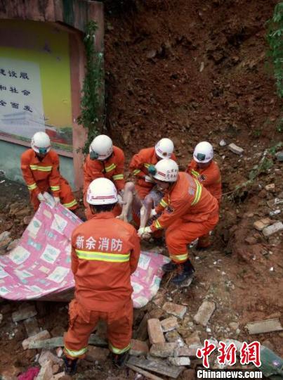 5月8日,上午10时48分,经过消防员的努力挖掘,终于发现了被埋的男子。 李龙 摄