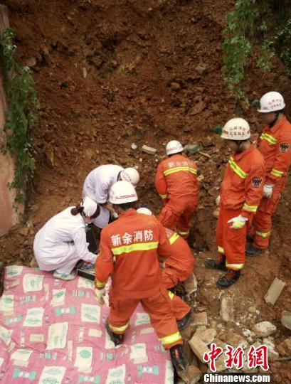 5月8日,等候在一旁的急救人员,立即上前抢救,但男子早已无生命迹象。 王剑 摄