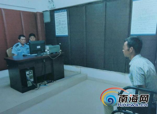 5月7日,海口龙华警方破获一起公共场所故意裸露身体案件,图为涉事司机接受警方调查。