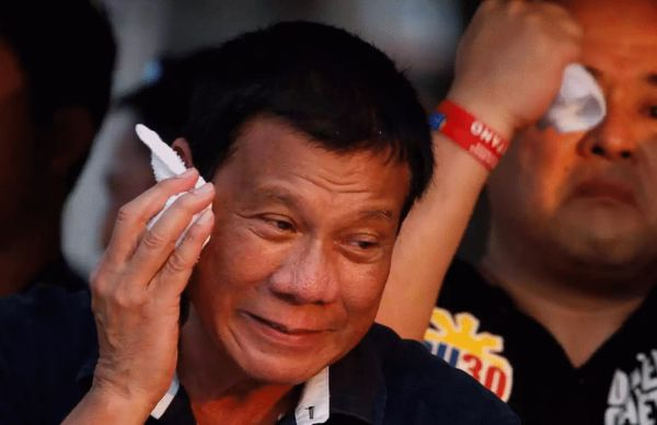 菲律宾总统候选人杜特蒂在一场马尼拉的竞选活动中擦汗 来源:路透社