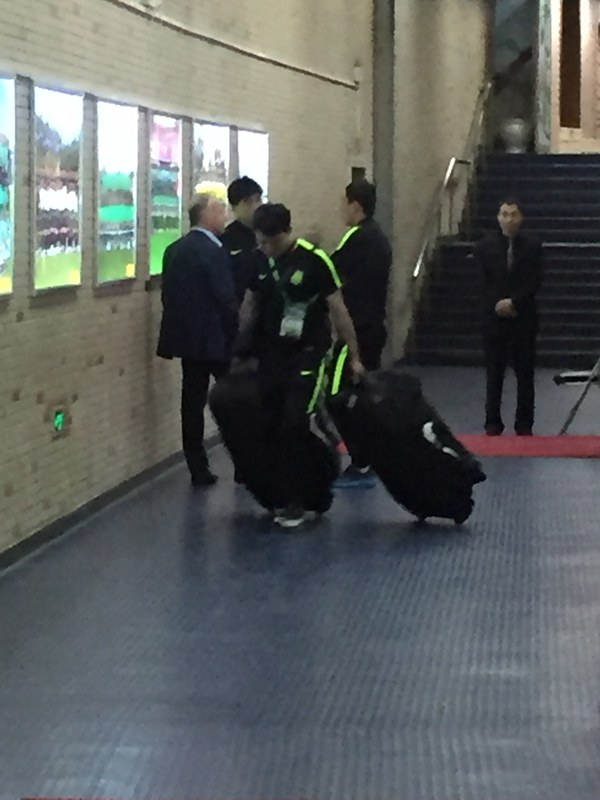 扎切罗尼在球员通道与领队魏克兴长谈