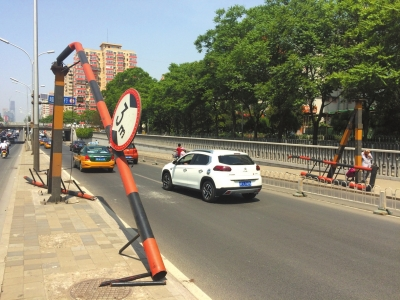 被罐车撞毁的限高架。京华时报记者吕卓识摄